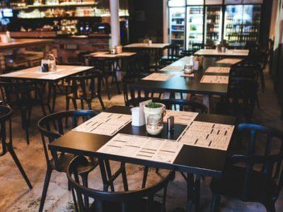 table-in-vintage-restaurant-6267-ogpaiwf6qc38ciohooc6hvkk41zjlgsveiak2pgl2w-min